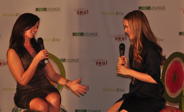 Nicole Sherwin interviewing Alicia Silverstone at the Green Lounge LA Nov 15 2009 - photo by Linda Sherman